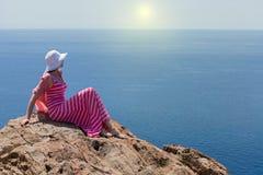 Donna in un vestito lungo da estate in Grecia, Santorini fotografie stock libere da diritti