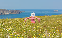 Donna in un vestito lungo da estate, sul mare della spiaggia immagini stock libere da diritti