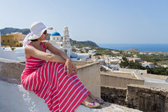 Donna in un vestito lungo, isola Santorini, Grecia fotografia stock libera da diritti