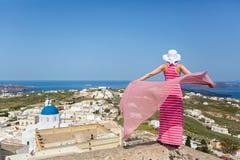 Donna in un vestito lungo, isola Santorini, Grecia fotografie stock libere da diritti