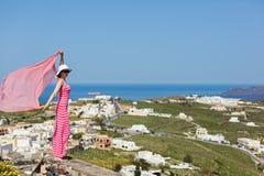 Donna in un vestito lungo, Santorini, Grecia immagini stock
