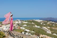 Donna in un vestito lungo, Santorini, Grecia immagine stock