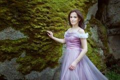 Donna in un vestito porpora immagini stock