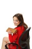 Donna in un vestito rosso con una borsa in mani Immagine Stock
