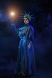 Donna in un vestito scenico in scena Fotografie Stock
