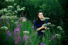 Donna in una blusa blu in una radura della foresta immagini stock libere da diritti