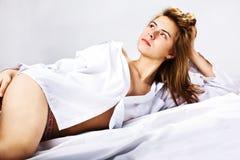 Donna in una camicia degli uomini bianchi Fotografie Stock