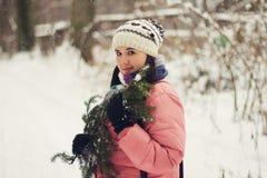 donna in una foresta nevosa Immagine Stock Libera da Diritti