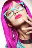 Donna in una parrucca Fotografia Stock Libera da Diritti