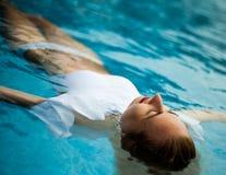 Donna in una piscina fotografie stock