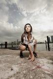 Donna in una posizione accovacciare Fotografia Stock Libera da Diritti