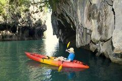 Donna in una rematura della canoa Fotografia Stock