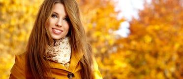 Donna in una sosta in autunno fotografia stock libera da diritti