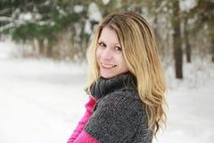 donna in una sosta nell'inverno Fotografie Stock