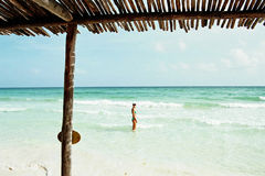 Donna in una spiaggia di paradiso Fotografie Stock Libere da Diritti