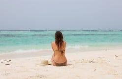 Donna in una spiaggia tropicale Immagini Stock Libere da Diritti