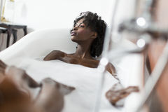 Donna in una vasca da bagno fotografia stock libera da diritti