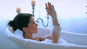 Donna in una vasca da bagno video d archivio