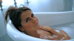 Donna in una vasca da bagno archivi video