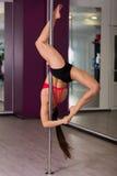 Donna in uno studio di ballo del palo Fotografia Stock