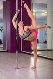Donna in uno studio di ballo del palo Immagine Stock Libera da Diritti