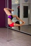 Donna in uno studio di ballo del palo Fotografie Stock Libere da Diritti