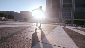 Donna urbana che pratica alta scossa del roundhouse archivi video