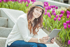 Donna urbana che si siede con il computer della compressa sulle scale Fotografia Stock Libera da Diritti