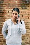 Donna urbana di forma fisica sul sorridere di chiamata dello smartphone Immagini Stock Libere da Diritti