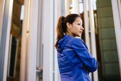 Donna urbana sportiva urbana motivata che riposa dopo l'allenamento Immagine Stock