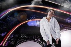 Donna vaga in camicia bianca che cerca sopra il fondo astratto fantastico Immagini Stock Libere da Diritti