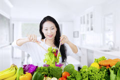 Donna vegetariana che mescola insalata Fotografia Stock Libera da Diritti
