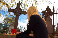 Donna velata alla tomba fotografia stock