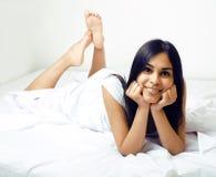 Donna vera castana abbastanza indiana a letto che sorride Fotografie Stock Libere da Diritti