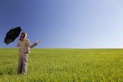 donna verde dell'ombrello del campo Fotografia Stock Libera da Diritti