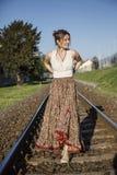 Donna vestita Bohemian sulla ferrovia fotografia stock libera da diritti