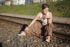 Donna vestita Bohemian sulla ferrovia fotografia stock