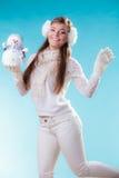 Donna in vestiti caldi che tengono il giocattolo del pupazzo di neve Fotografie Stock Libere da Diritti