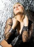Donna in vestiti d'argento fotografia stock libera da diritti