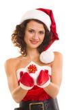 Donna in vestiti del Babbo Natale con il regalo Fotografia Stock Libera da Diritti