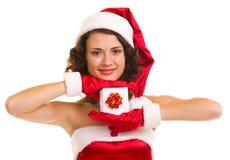 Donna in vestiti del Babbo Natale con il regalo Immagini Stock