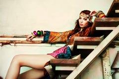 donna in vestiti di estate del colorfull immagini stock
