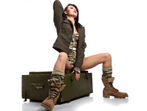 donna in vestiti militari. Fotografie Stock
