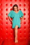 Donna in vestito, basamenti sullo strato di cuoio fotografia stock libera da diritti