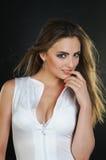 Donna in vestito bianco. Fotografie Stock