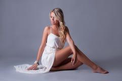 Donna in vestito bianco Fotografie Stock Libere da Diritti