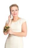 Donna in vestito bianco con il cellulare Fotografia Stock Libera da Diritti