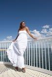 Donna in vestito bianco da estate sull'allerta Fotografie Stock Libere da Diritti