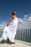 Donna in vestito bianco da estate sull'allerta Immagine Stock Libera da Diritti