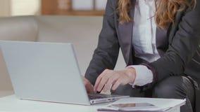Donna in vestito che funziona con il computer portatile, rapporto statistico, impiegato della società stock footage
